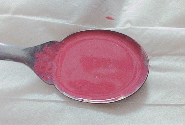 ライターで下から炙って口紅を溶かす 多めに口紅を入れるとこぼれるので注意しながら混ぜてください! シャドウを入れる場合はちゃんと混ぜないと意味無いです笑