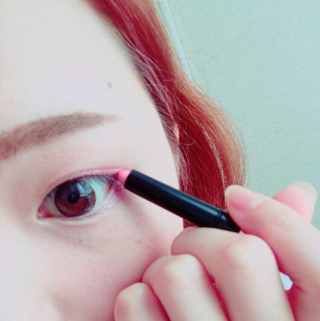 眉毛は平行に。 アイシャドウはダイソーのエクスプレスアイシャドーペンのピンクを使いました。二重幅と涙袋に。