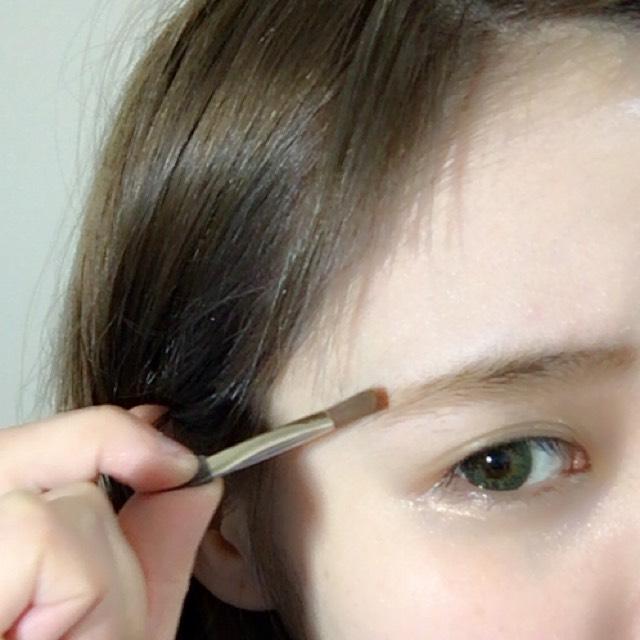 將KATE的Designing Eyebrow的中間和下方的顏色混和,照著自己眉毛的形狀描畫
