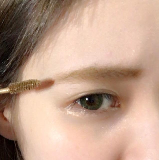 用Heavy Rotation的墨棕色按照從眼尾→眼頭的方向輕輕一刷,之後再從眉頭刷到眉尾。