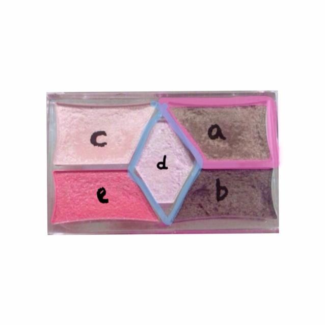 另一個眼影盤也是「CANMAKE」的,這次使用的是「a」色,「d」則隨個人喜好使用。