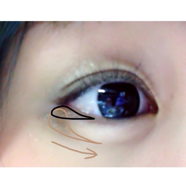そして、ブラウンのシャドウをシャドウブラシで目尻から涙袋の線に沿ってのせます。のせすぎに注意してください。チップにかえ、黒の部分にものせます。