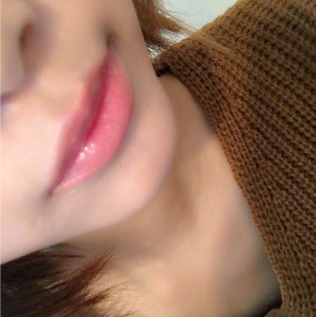 イブサンローランの口紅を全体に塗った後くちびるの中央に赤いグロスをのせます