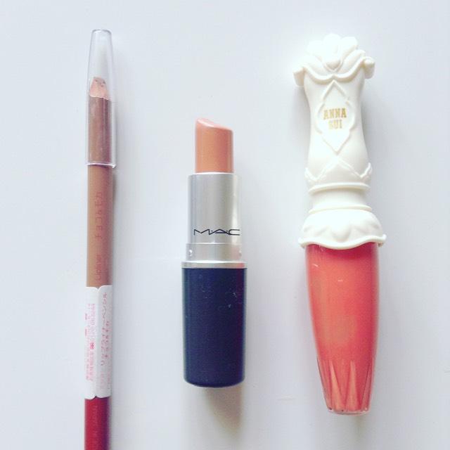 使用コスメ 左から、三喜リップライナーペンシル(チョコ&モカ)、macリップスティック(フレックルトーン)、ANNA SUIプロクティブリップグロス(701)