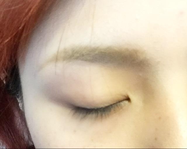 毛が生えているところだけケイトのパウダーでふわっと色をのせたら 眉マスカラで色味を消します