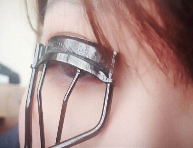 そしてビューラー 根元→真ん中→毛先の順番で力を弱めて自然なカールにします。このときにビューラーをライターで温めて人肌に触れていいくらい冷まして使うと上がりやすいです!