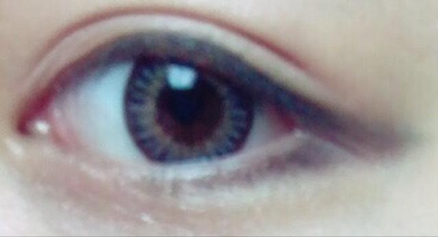 ペンシルアイライナーで目の下をたれ目になるようにひく。