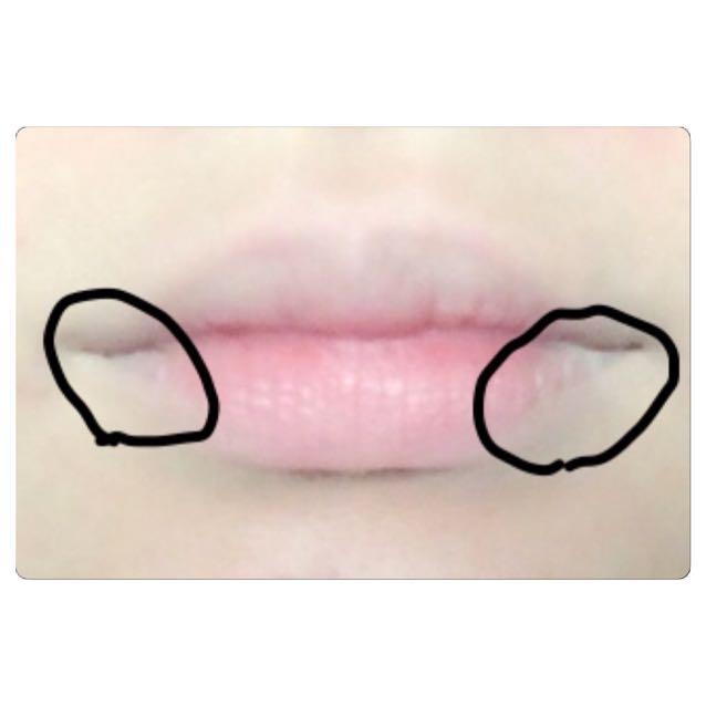 ワセリンで、ごく薄く保湿してから、黒丸と上唇にコンシーラー(又はファンデ)を肌色になるまで叩き込みます。他は軽めに。