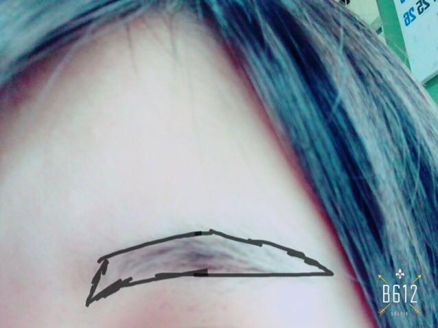 外側の輪郭をある程度アイブロウパレットで書いた後、中を埋めます。 そのあとアイブロウを塗ります!笑 最初は毛並みと逆に、その後に毛並みに揃えて塗ります!