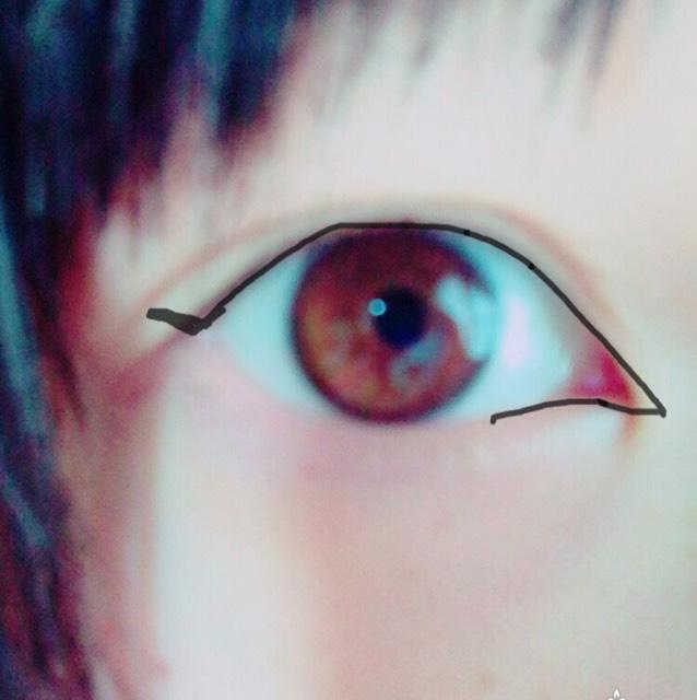 アイラインはハネラインを長めに書きます!  目頭切開を少し長めに……。  黒目の上はアイラインを少し太めに引いてください