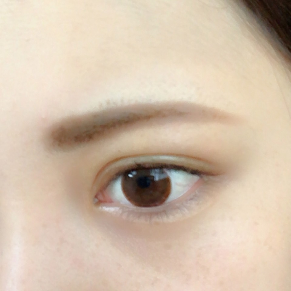 眉毛は眉尻をペンシルでかいて眉頭をパウダーでぼかします そのあと眉マスカラを塗って色をつけます