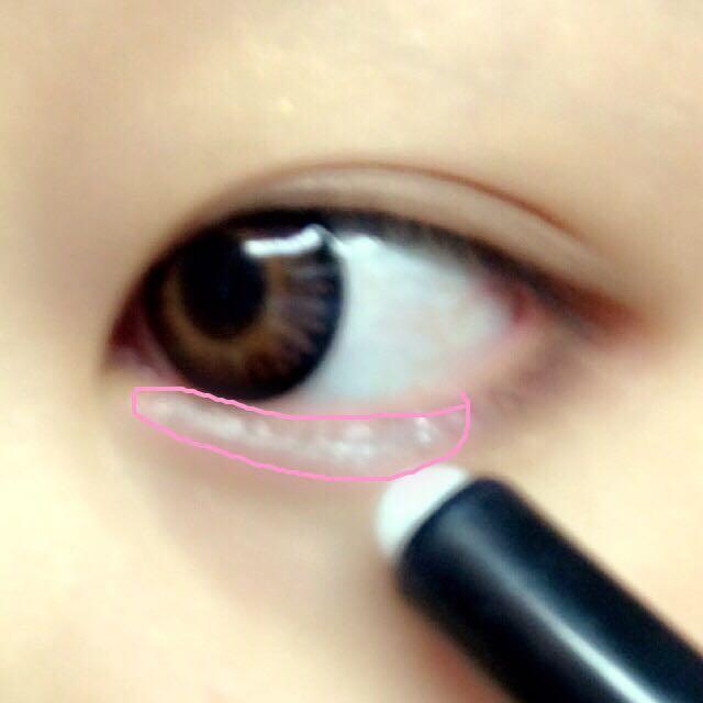 シルバーを下まぶたの黒目部分〜目頭にむけて塗るよ!※塗りすぎ注意