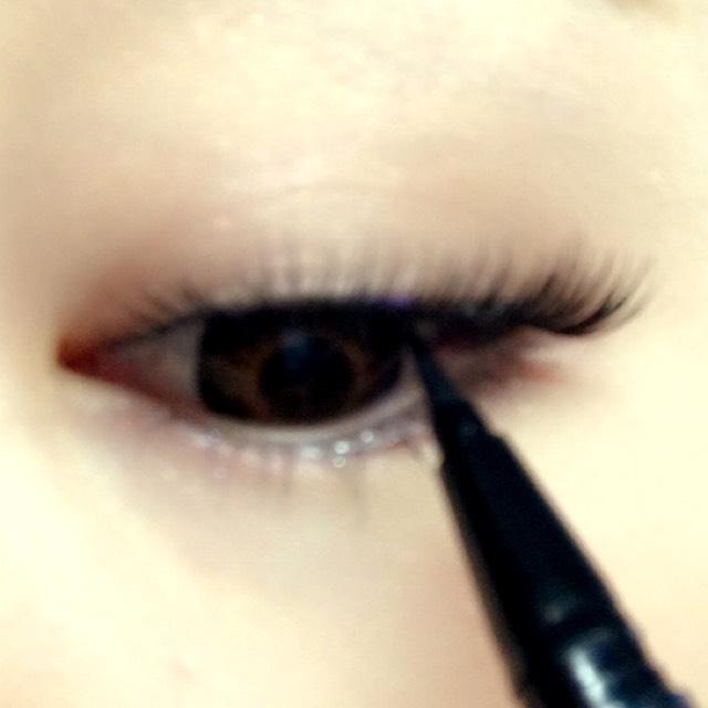 アイライナーを つけまつげと目の間をうめるように塗るよ!