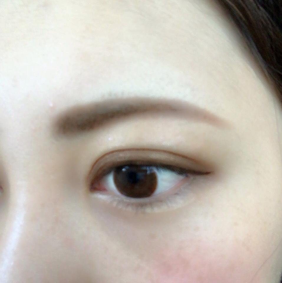 眼尾畫上眼線。