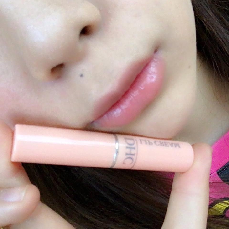 塗上「DHC」的護唇膏讓嘴唇保濕。