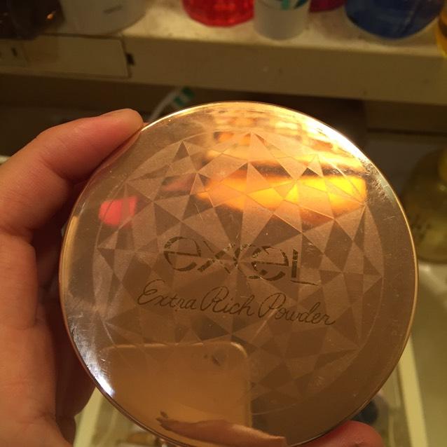 exceLのエクストラリッチパウダー01(ピーチベージュ)を付属のパフで薄くとり、まんべくなく顔につけます。そのとき、チークの上にもつけることで赤みを少し抑えます。