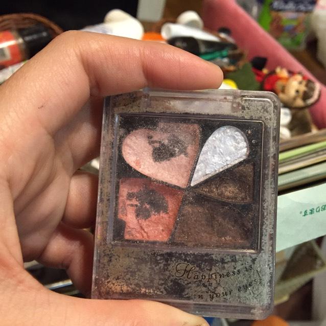インテグレードのピュアビックアイズのPK333をの左上のピンクを目頭からすっと涙袋につけ、その下のピンクを今度は目尻から中央につけます。そのとき、薄ピンクとピンクを中央で馴染ませます