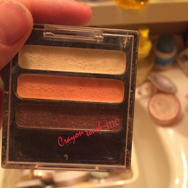 百均のアイシャドウ、ハニーオレンジの茶色を上まぶたの目尻から筆で中央に馴染ませるように載せます。全体にではなく、あくまで最初に塗ったゴールドとグラデーションになるようにです!