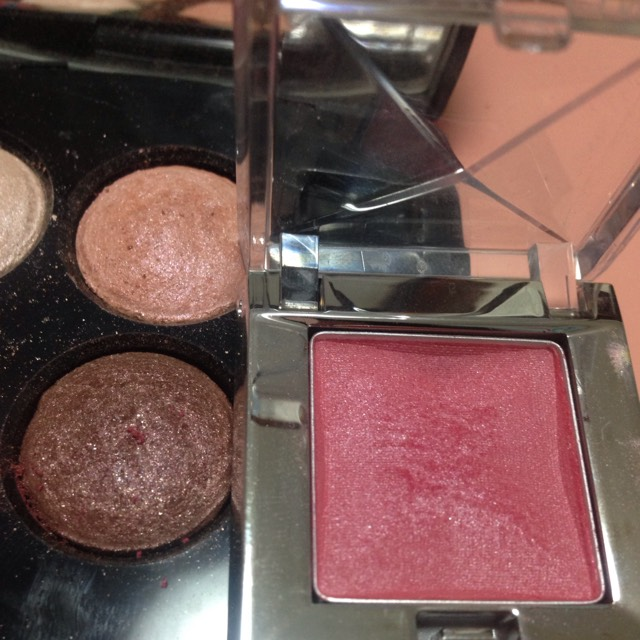 次に眉毛を書きます ピンクと濃い茶色のアイシャドウを混ぜてピンクぽくしていきます