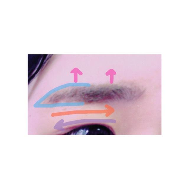 リキッドで眉毛の輪郭をとります。(水色) まゆ頭をパウダーなどでうめます。 まゆマスカラは眉毛と逆向きに塗ります。(オレンジ) 次に上向きに塗ります。(ピンク) そして眉毛の流れに沿ってもう一度塗ります。(紫)