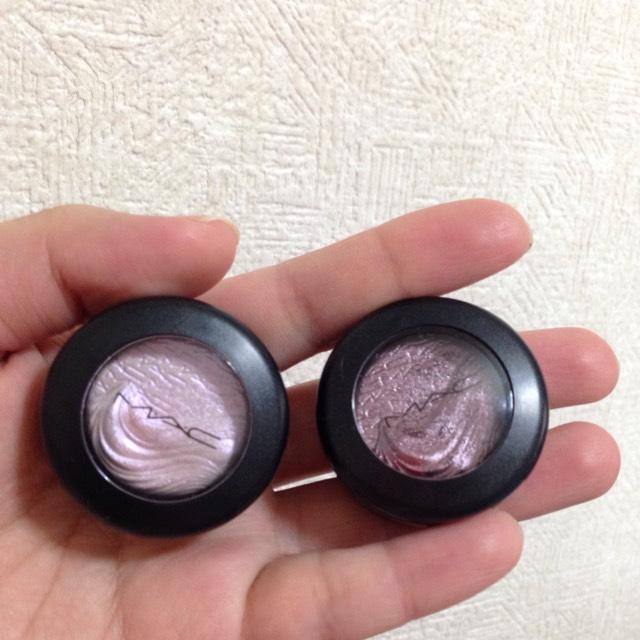 左のピンクを目のきわから、上にブラシでのばしたあと右のブラウンで、同じように重ねて行く。