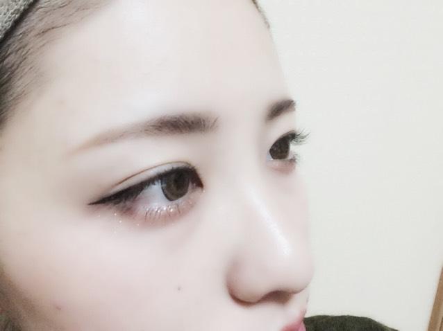 次に眉毛! 眉毛は自眉の形にそって左右対称にしていく程度! あんまり太いのは好きじゃないけど眉毛に存在感だしたいから眉マスカラちょっとつけてます! 眉毛は髪よりツートーンほど明るくするのがあたし流