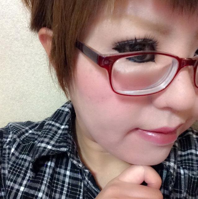 いつもより眉を太めに♡チークとリップはピンクで統一。