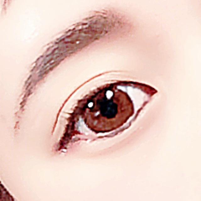 1.眉毛をパウダーでぼかしながらかく 2.アイブロウペンシルで眉尻と眉毛の上下の輪郭を薄くかいて形を整える  ⚠️この時に眉頭をティッシュで軽くこすってさらにぼかす《ぼかす方向は鼻筋に沿ってぼかすと鼻も綺麗に見えます》  3.アイラインは下まぶたのまつげの生えているとこにだけペンシルでかく  ⚠️おすすめはブラウンとカーキ色  4.涙袋のとこに液体タイプのBBクリームをぬる   5.アイシャドウか眉毛用のパウダーの一番濃いブラウンで涙袋にそってかく  ⚠️真ん中を濃くするとクマに見えるので目頭を1番濃く真ん中薄く目尻ちょい濃くくらいが自然です  あとはニベアのリップをぬるだけです!  私の学校はかなり化粧に関しては厳しいですがまったくばれたことありません