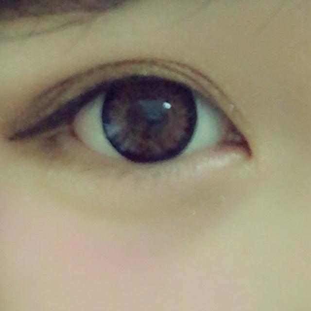 上瞼はブラウンでグラデーションをつくります