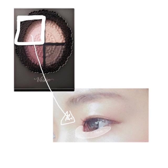 左上のカラーを 目頭と、涙袋に入れる  ピンクがちょっと入っているので肌なじみが良く、ナチュラルな涙袋ができます◎