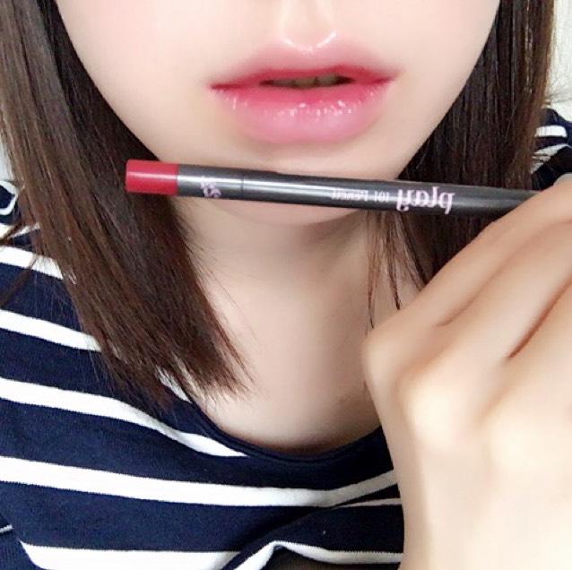 エチュードハウスのプレイ101ペンシル(#22)を唇の真ん中らへんに塗ります。内側に塗るように、少しずつ割合を見ながら塗ってください。