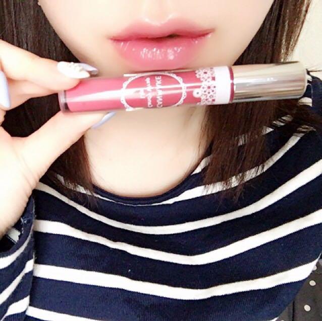 キャンメイクのキャンディラップリップ(16)をポンポンと軽く押しながら色を付けます。 ペタペタと塗るのではなく、ポンポンとすることでぽってりとした唇になります。