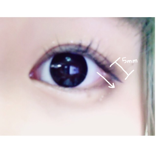 アイラインは目尻からかきます。上瞼の延長線上に5mm程度伸ばすかんじでひきます。