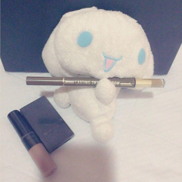 眉毛を描く。 ペンシルでかいてからパウダーで微調整し、最後に眉マス。ノーズシャドーをパウダーと同色でいれる。シナモンが持ってるペンシルで涙袋をがっつり描く。
