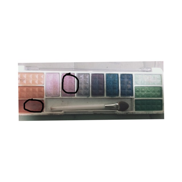 次に(NOYL アイシャドウパレット 8108 12色入り)の画像の丸で囲っている色を混ぜて使います