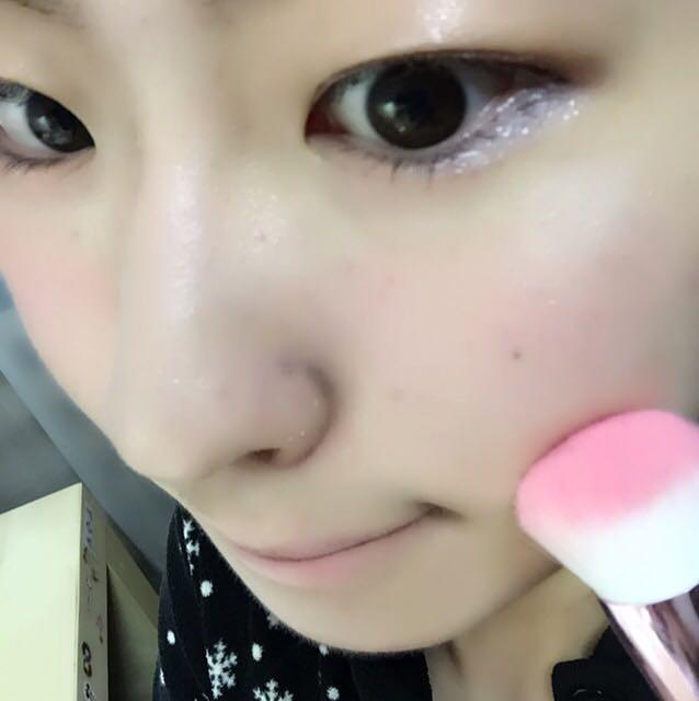 抜け感メイクなので、ベースはうすく。 日焼け止めを塗り、気になる部分はコンシーラーでカバーします。 眉はしっかりめに書いてね