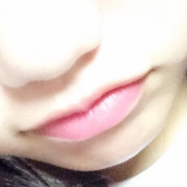 ✩リップ✩ 薬用リップ(なんでもいいです)で唇プルプルにします。 キャンメイクの水分量で色が変わるやつをぬります♪ そーするとほんのりピンクになって自然ですっぴん唇みたいになります(*ˊ˘ˋ*)♡
