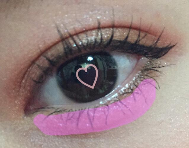涙袋にピンクをのせると 肌に馴染む色なので自然にふっくらと可愛らしい目になります。  涙袋にはピンクオススメです。