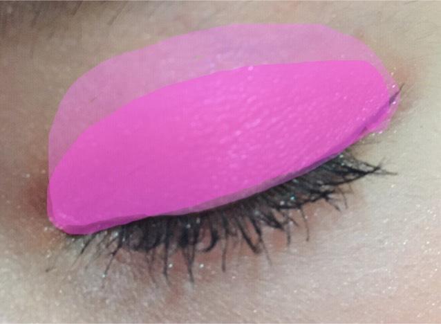 こんな感じに薄ピンクの上に重ねます。  自然なピンクのグラデーションなら 腫れぼったく見えないと考えています\( ˙▿˙ )/
