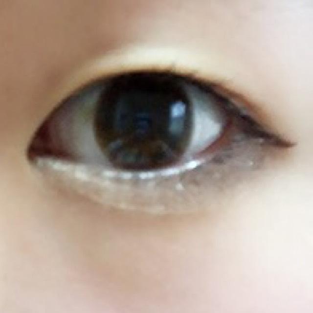 目頭から黒目の真ん中(さっきブラウンシャドウを塗ったところまで)に向かって、ゴールドの涙袋ライナーあるいは白シャドウ、ゴールドシャドウで涙袋を作ります  アイブロウパウダーで涙袋の影をさりげなく描きます