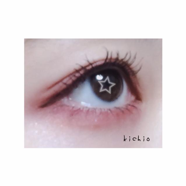 用棕色的眼線筆畫眼線超出眼角5mm左右 最後用睫毛夾夾起睫毛就可以~