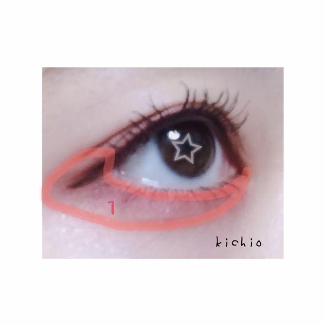 下眼瞼 參考照片在1的範圍薄薄的塗上一層 順著睫毛的髮根變濃 特別是下眼瞼塗抹濃一些更顯可愛!