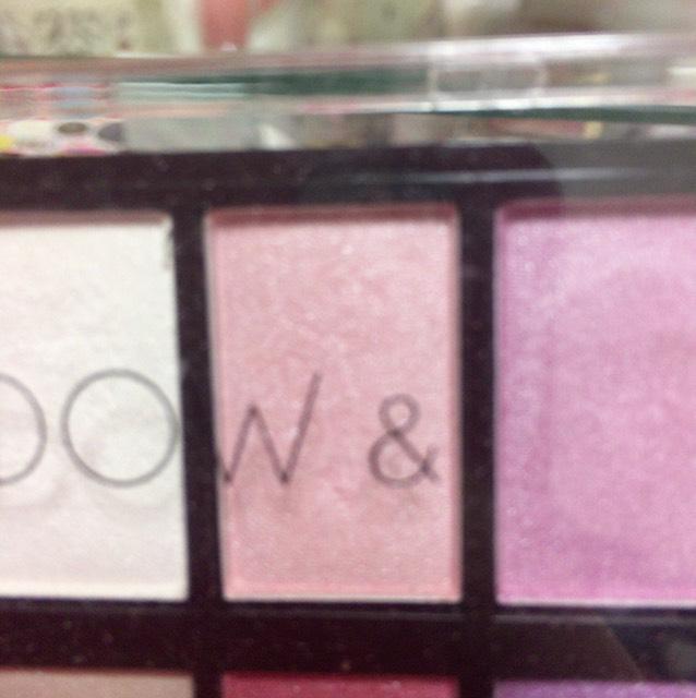 薄いピンクを涙袋に塗ります。