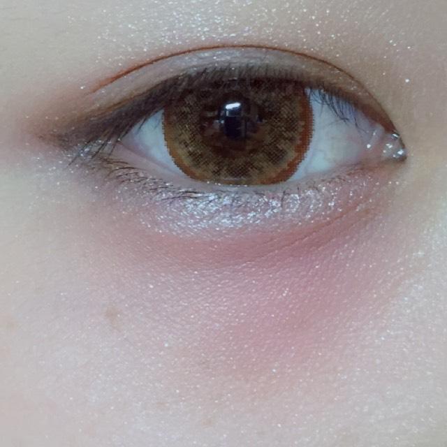 目の下にキャンメイクのリップで赤色を入れていきます! うさぎのようにキラキラした目にするために涙袋はいつもよりキラキラさせます!