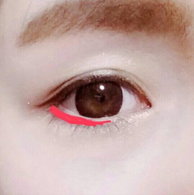 下は目尻から黒目の半分くらい目安にピンクラインをいれます!