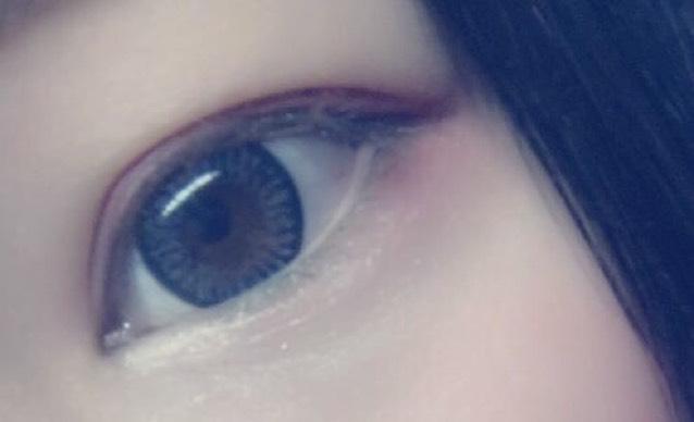 下瞼にラメを塗り、目尻に上瞼と同じくチークを塗ったらアイメイクは完成