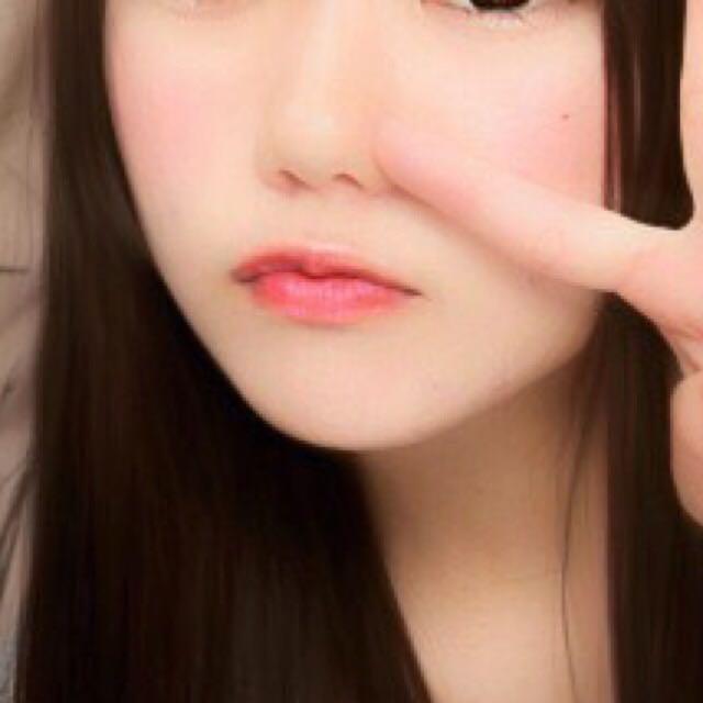 チークは長方形っぽい○を黒目の下にいれます。 ほんのりピンクになるくらいにします。 黒目の下が一番濃くなるようにすると小顔交換がでます!!  唇にキャンメイクのリップをぬります!!