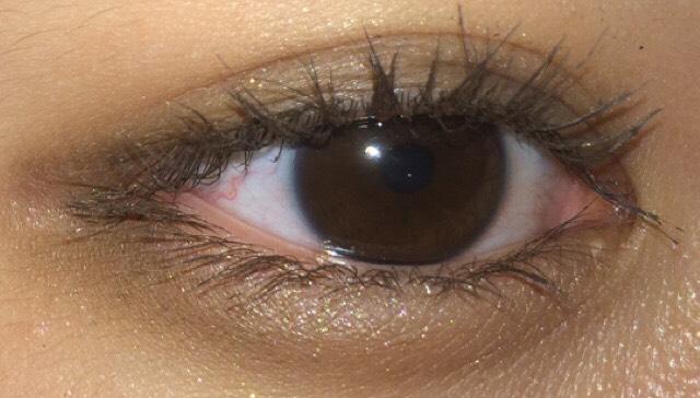 アイメイク。 1.アイホールに薄いブラウンをサッと広げて、二重幅と下瞼に2番目に濃い色を重ねます。 2.二重幅と下瞼3/1に3番目に濃い色を重ねます。 わたしの大好きなアイシャドウの塗り方♡♡ 目が一回り大きく見えて小顔効果もある一石二鳥な塗り方なのよ♡