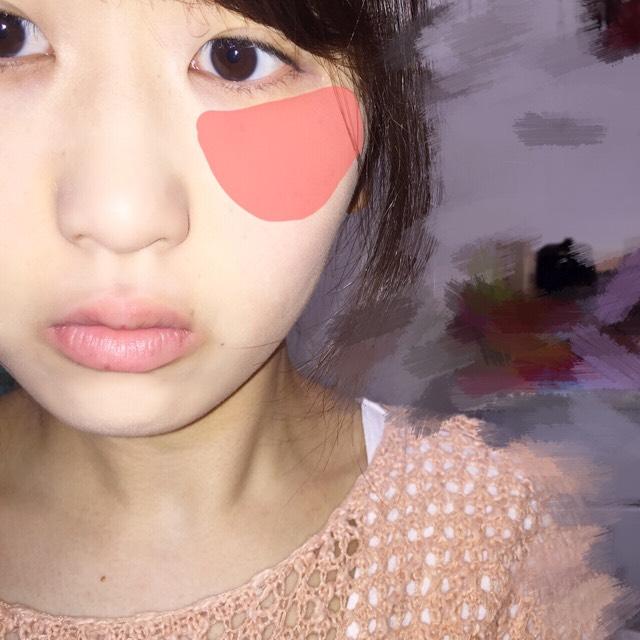 チークは目の下を重点に塗り、色はサーモンピンクっぽい色ですかね
