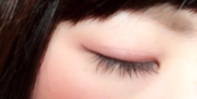 こんな感じです(^_^) アイラインは目の真ん中あたりから、ほそーく引いて最後は軽く跳ね上げます。 マスカラは上まつげ全体としたまつげは黒目の下にだけ塗ります。